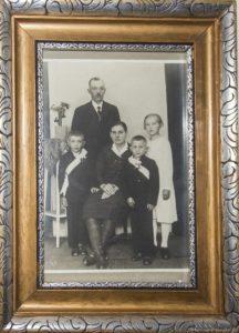 Snímek z prvního svatého přijímání poskytl syn Václava Křečka Ludvík. Je na něm otec Václav Křeček s manželkou Ludmilou, dvojčata Ludvík a Václav a jejich sestra Marie.