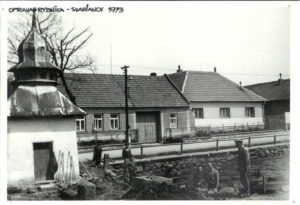 Oprava rybníka (1973), v popředí kaplička se zvonicí