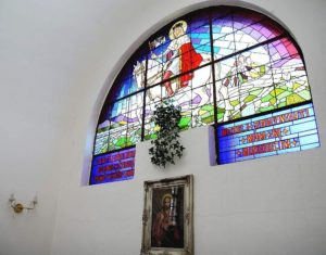 Barevná vitráž s vyobrazením sv. Václava