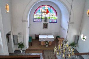 Pohled do kaple z kůru